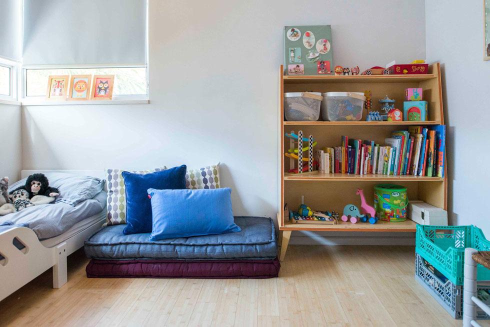 חדרי השינה כוסו בפרקט במבוק. בחדרו של הבן, שבעבר היה המטבח, חלונות גדולים (צילום: גל דרן)