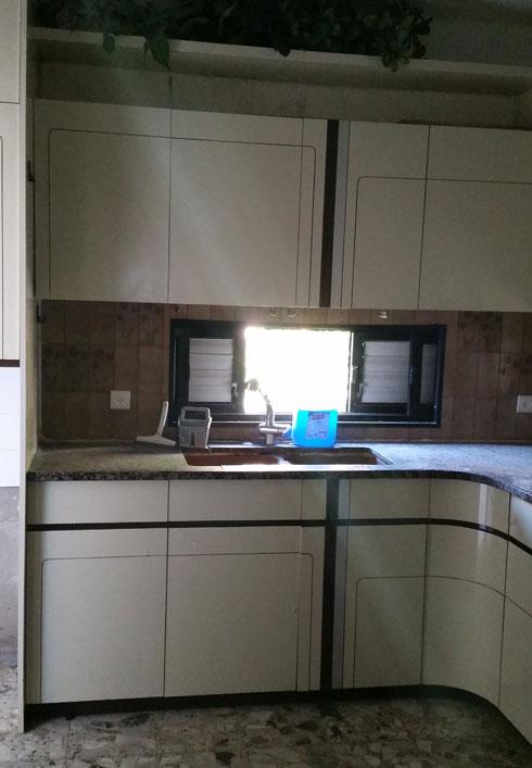 המטבח, לפני השיפוץ. בשנות ה-80 נערך בדירה שיפוץ חלקי