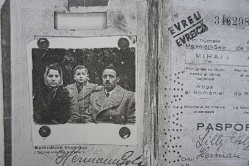 התעודה המשפחתית שהנפיקו השלטונות הרומנים. היהודים הצילחו לשחד קצין גבוה שאפשר להם לעלות על רכבת ולברוח מהעיר (רפרודוקציה: מיכאל יעקובסון)