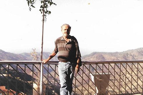 1992 משה גיל על מרפסת המלון  בקפריסין בביקור (רפרודוקציה: מיכאל יעקובסון)