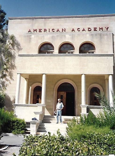 משה גיל בביקור בבית הספר האמריקאי שבו למד בלרנקה (רפרודוקציה: מיכאל יעקובסון)