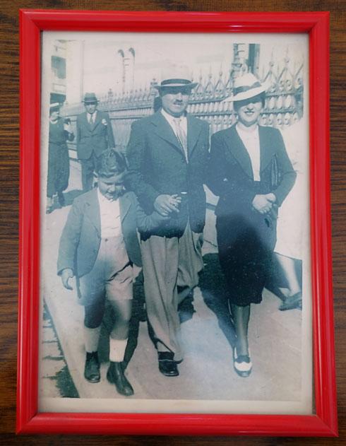 גיל והוריו ביציאה מבית הכנסת הגדול בעיר צ'רנוביץ. היום משמש המבנה כבית כלבו (רפרודוקציה: מיכאל יעקובסון)