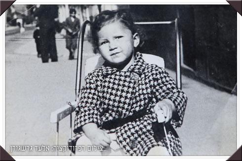 אני בעגלה בטרנוב, אחת התמונות האחרונות שהספקנו לשלוח לאבא לארץ לפני שנותק הקשר איתו