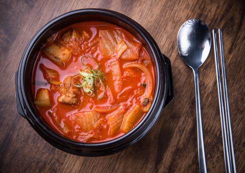 לא רק כתוספת, קימצ'י יכול להיות חלק ממרק או נזיד (צילום: Shutterstock)