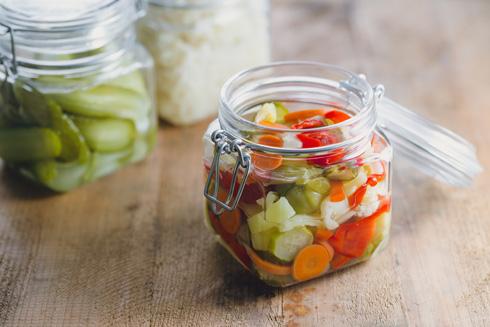 גם יפה וגם בריא: ירקות מוחמצים בצנצנת (צילום: Shutterstock)