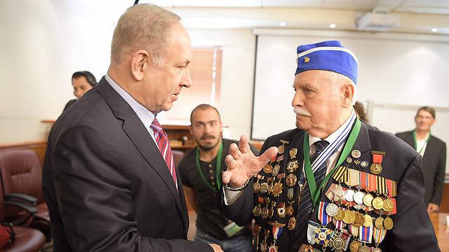 Netanyahu converses with Holocaust survivor Max Privler (Photo: Amos Ben Gershom/GPO)