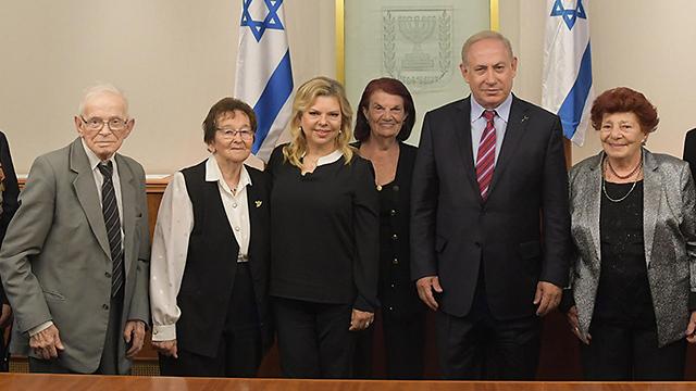 """ניצולי השואה עם ראש הממשלה ורעייתו (צילום: עמוס בן גרשום, לע""""מ)"""