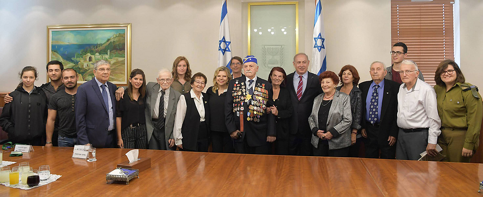 The Netanyahus pose with the torch lighters and some of their family members (Photo: Amos Ben Gershom/GPO)