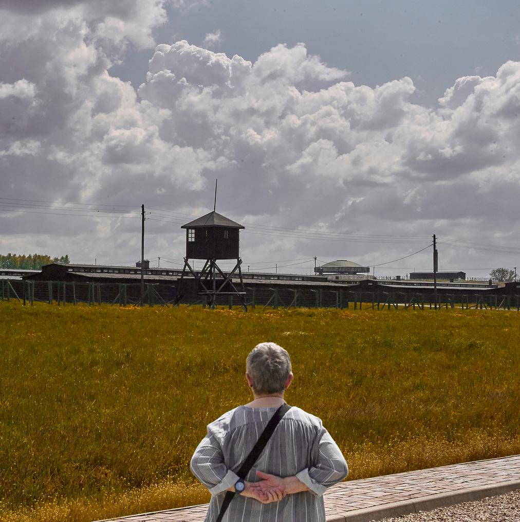 דליה לידר ליד מחנה ההשמדה מיידנק. מי אמר שאישה לווייתן זה דבר לא שביר?