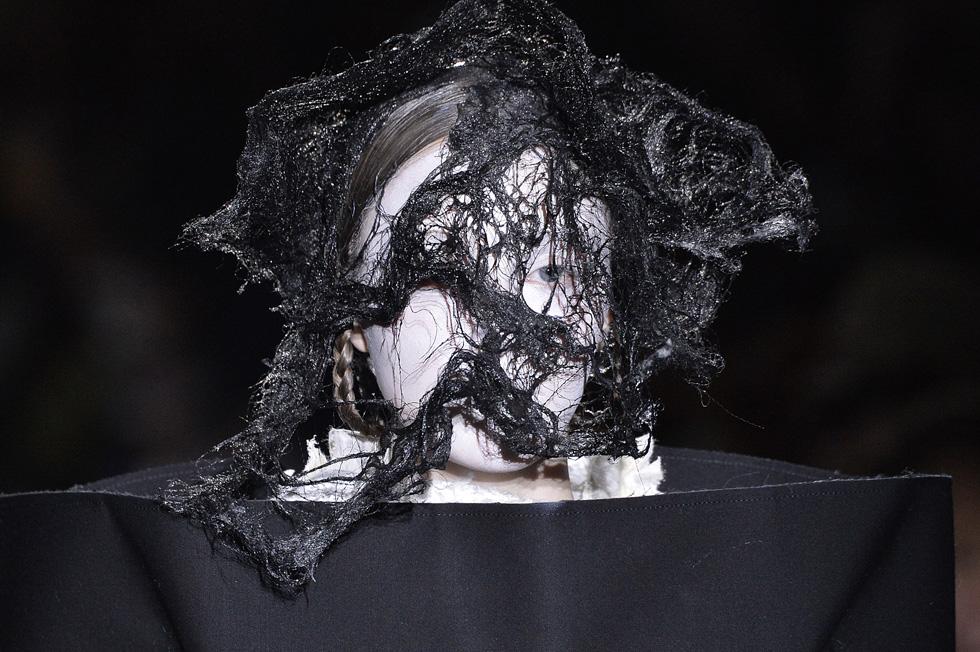 ערעור על מודל היופי: איפור לבן ופאה שחורה שנראית כמו שיער טבול בזפת. תצוגת סתיו-חורף 2015-16 של קום דה גרסון (צילום: Gettyimages)