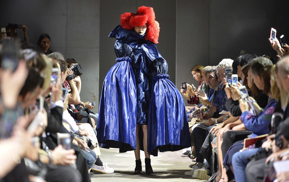 """בין פנטזיה למציאות, שמלת אוברסייז מקולקציית """"המכשפה הכחולה"""". תצוגת אביב-קיץ 2016 (צילום: Gettyimages)"""