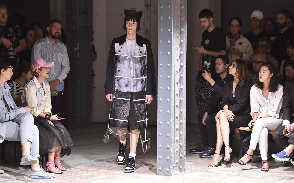 """""""אני לא רק מסתכל על העיצובים שלה, אני לובש את הבגדים שלה"""", אמר מארק ג'ייקובס על ריי קוואקובו. קולקציית הגברים """"המלך הוא עירום"""" לאביב-קיץ 2017 של קום דה גרסון (צילום: Gettyimages)"""