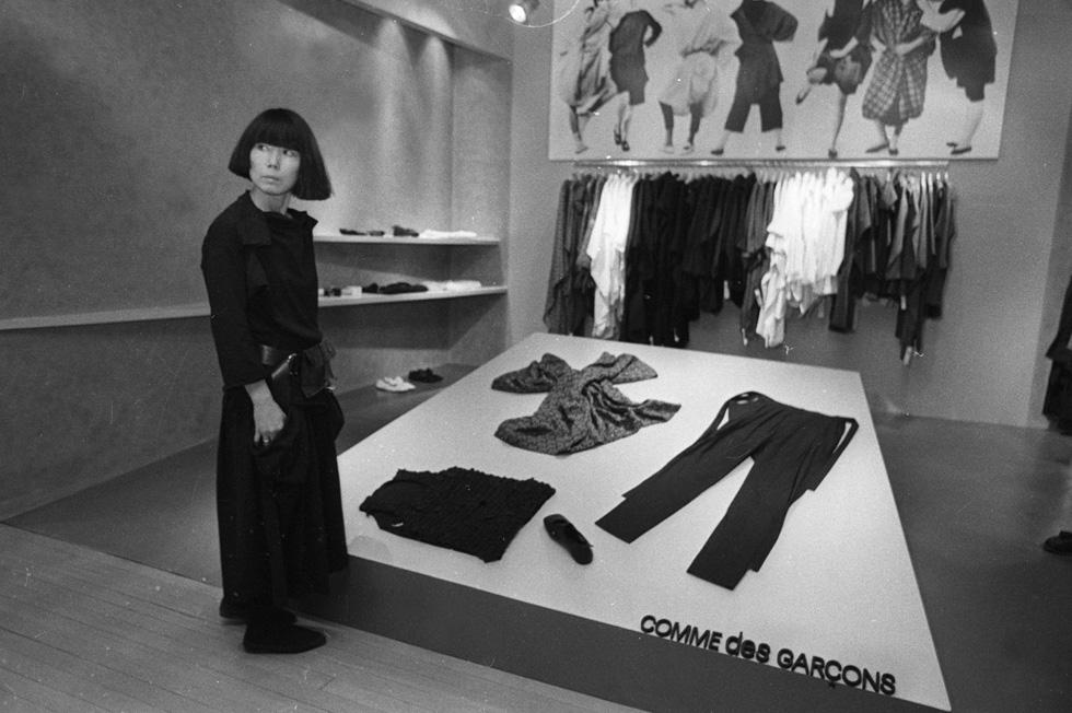 דמות אניגמטית הפועלת בניגוד למגמת התאגידים השולטת באופנה. ריי קוואקובו, 1983 (צילום: rex/asap creative)