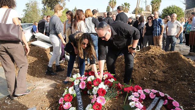 עורך 'ידיעות אחרונות' רון ירון, מניח זר על קברו של ורדי  (צילום: מוטי קמחי)