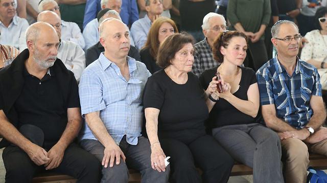 """משפחתו של משה ורדי ז""""ל, היום בבית העלמין (צילום: מוטי קמחי)"""