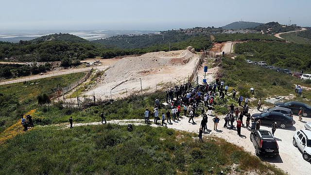 העיתונאים מסיירים סמוך לגבול  (צילום: AP)