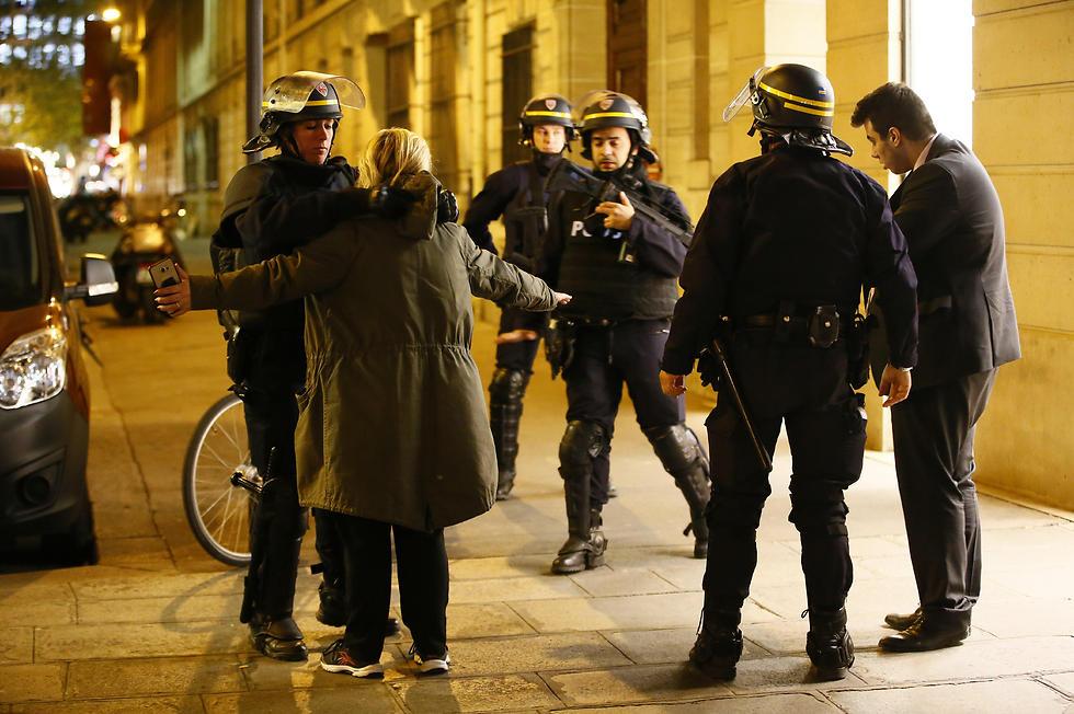 שוטרים בשאנז אליזה (צילום: EPA)