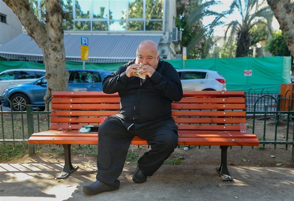 """בינו גבסו ד""""ר שקשוקה, על ספפסל בשדרות רוטשילד בתל אביב (צילום: ירון ברנר)"""