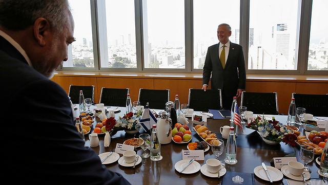 ארוחה קלה במשרד הביטחון (צילום: AP)