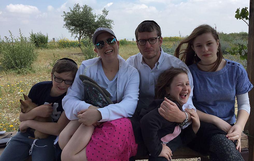 """""""דובי, ספר לי סיפור"""". עם ההשראות - האישה חני והילדים (צילום: מיכאל ביטון)"""