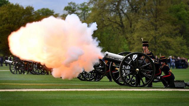 תותחים והצדעה מלכותית גם בהייד פארק (צילום: AFP)