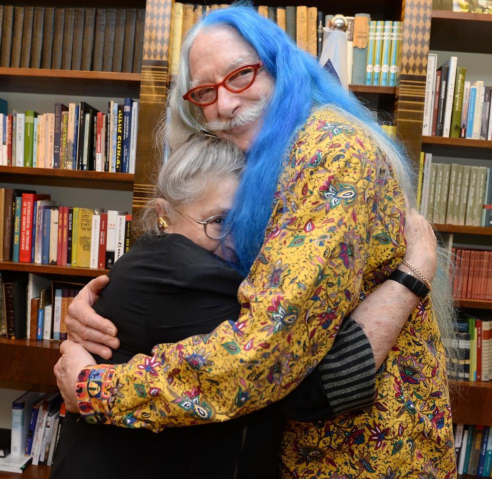 Dr. Patch Adams hugging Nechama Rivlin (Photo: Mark Neiman/GPO)