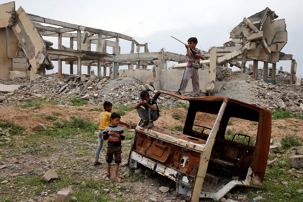 ילדים עיראקים עקורים משחקים במחנה הפליטים חמאם אל-עליל מדרום למוסול, עיראק (צילום: רויטרס)