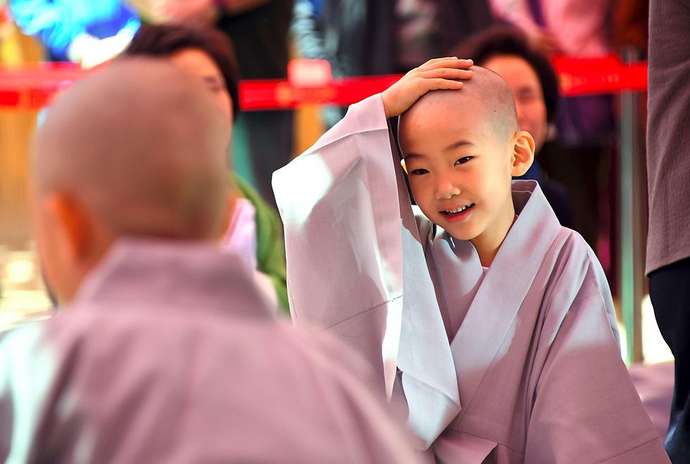 ילד שנזירים גילחו את ראשו בטקס בסיאול, דרום קוריאה (צילום: AFP)