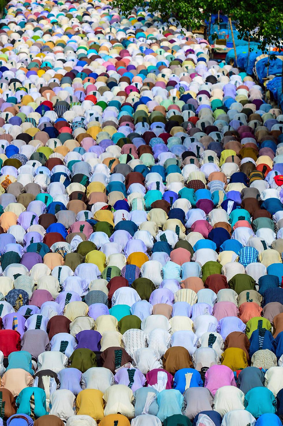 מוסלמים מתפללים בדאקה, בנגלדש (צילום: AFP)