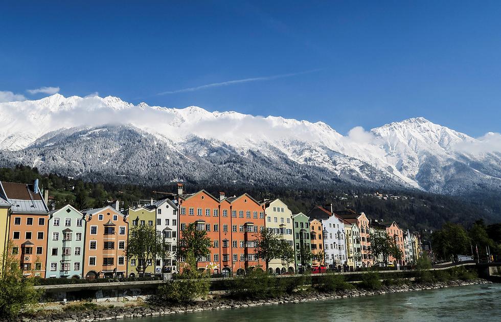 הרים מושלגים ברקע העיר אינסברוק, אוסטריה (צילום: רויטרס)