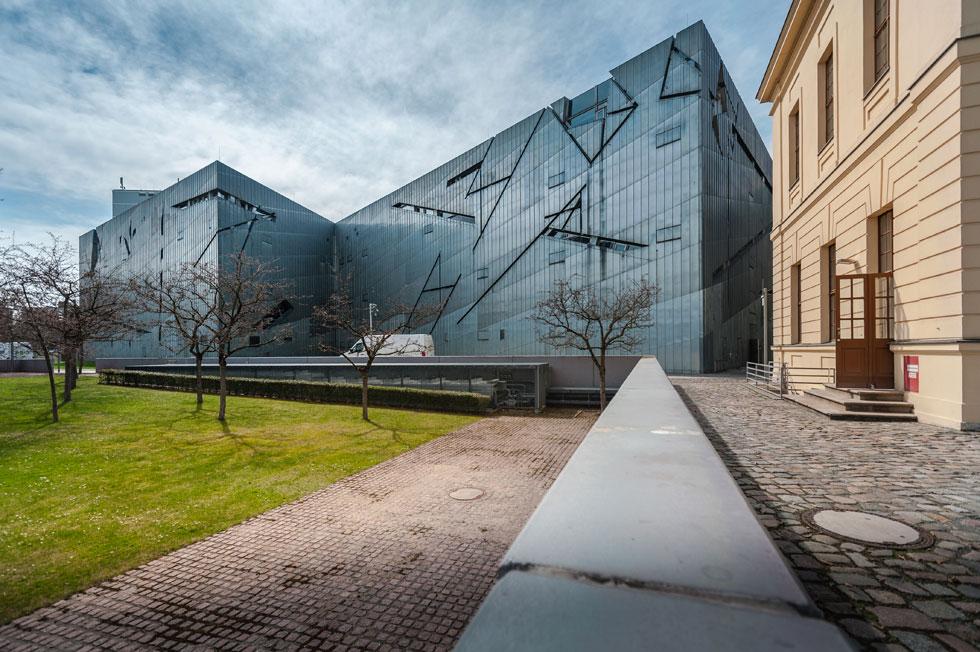 המוזיאון היהודי בברלין (שאינו עוסק רק בשואה אלא ביהדות גרמניה בכלל) מעביר את המבקרים בחללים אפלוליים, ובמיצב פרצופי הברזל של קדישמן (צילום: Shutterstock)