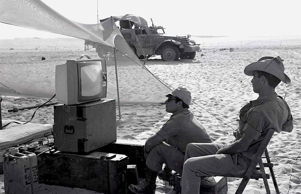 Soldiers watching TV (Photo: Moshe Friedman/GPO)