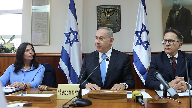 Prime Minister Netanyahu (center) and Culture Minister Regev (left). When you can no longer defend your actions with words, you are forced to take action to silence the words (Photo: Alex Kolomoisky)   (Photo: Alex Kolomoisky)