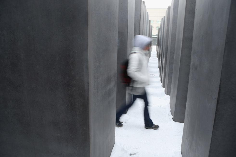 האנדרטה שהפכה את האסתטיקה לצורמת במיוחד נמצאת בברלין. אתר צילומי הסלפי הפך לפארודיה על השואה (צילום: Gettyimages)