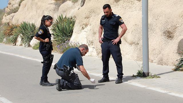 שוטרים מבצעים סריקות באזור הדקירה ( צילום: דנה קופל)