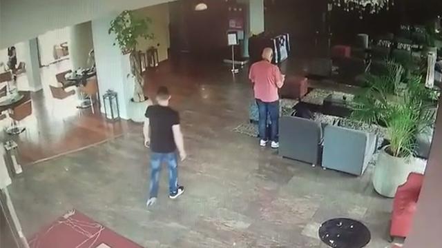 המחבל מתהלך בלובי המלון