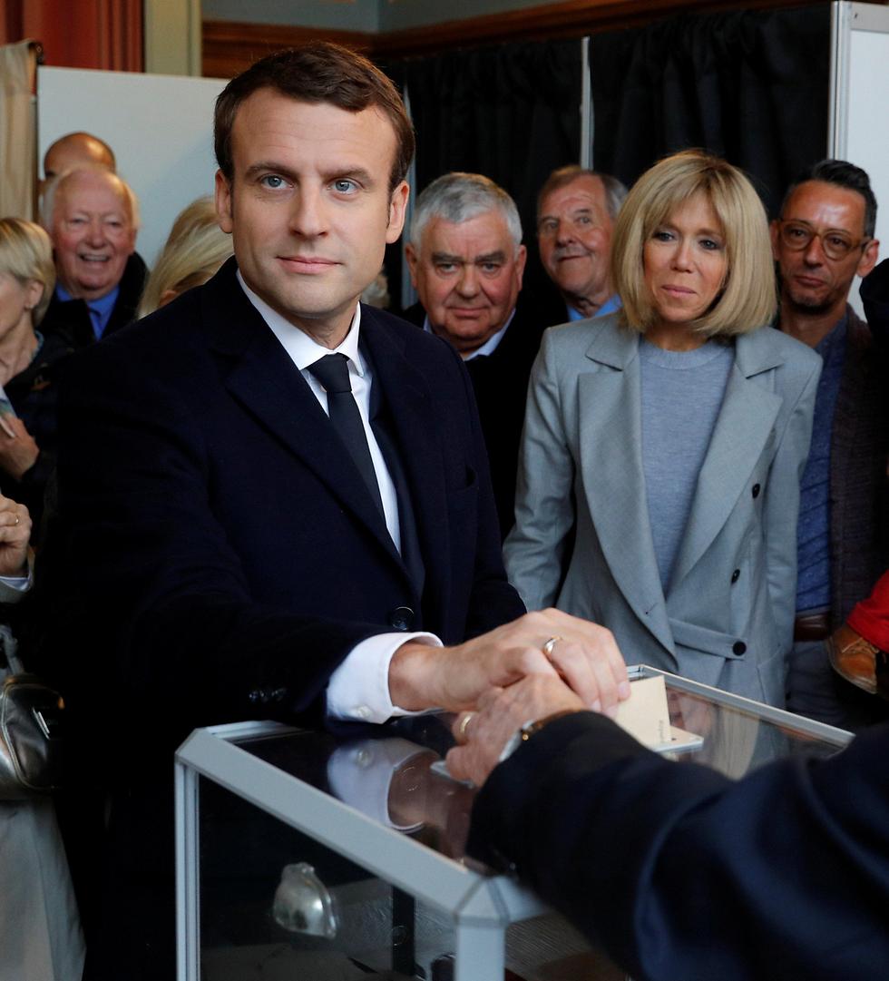 """""""היורש של פרנסואה הולנד"""". עמנואל מאקרון מצביע, הבוקר (צילום: רויטרס) (צילום: רויטרס)"""
