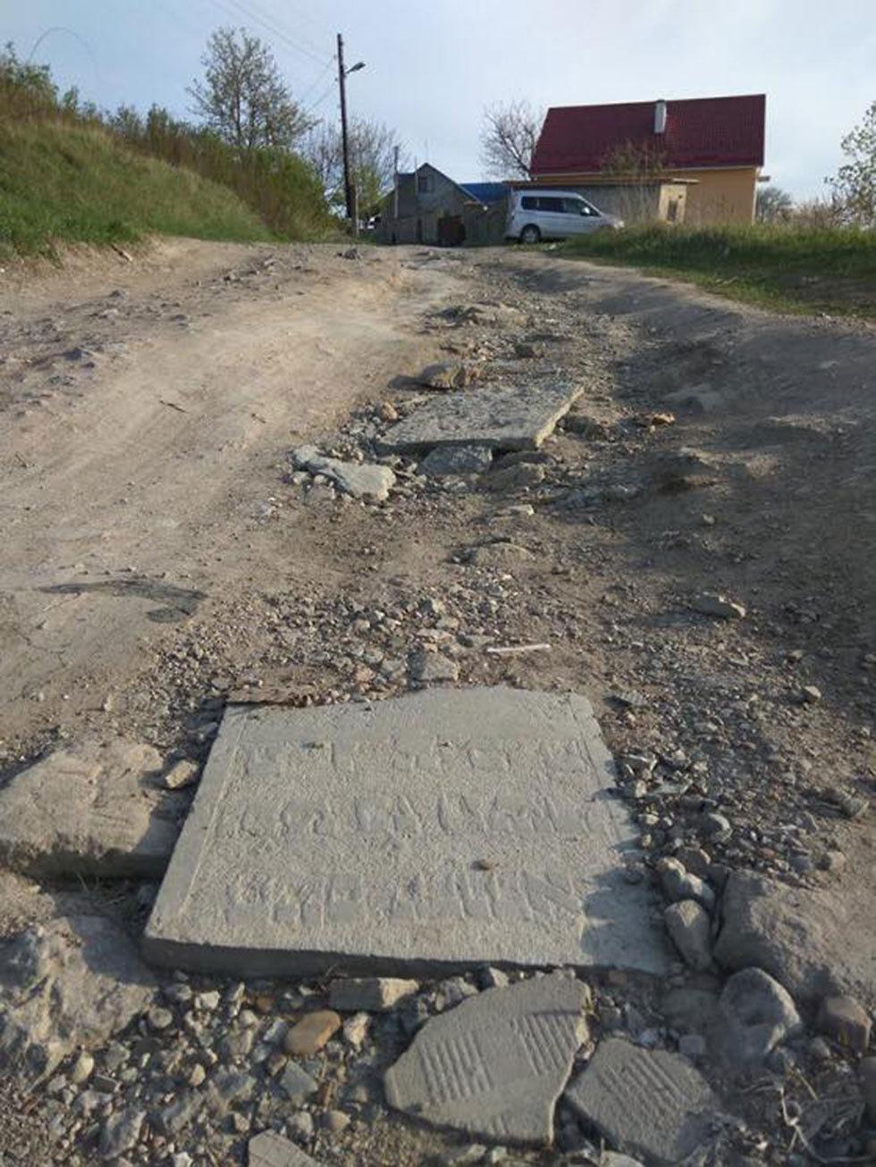 """הרחוב ש""""שופץ"""" בעזרת מצבות יהודיות"""