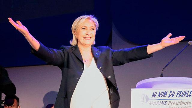 לה פן חוגגת עם תומכיה (צילום: AFP) (צילום: AFP)