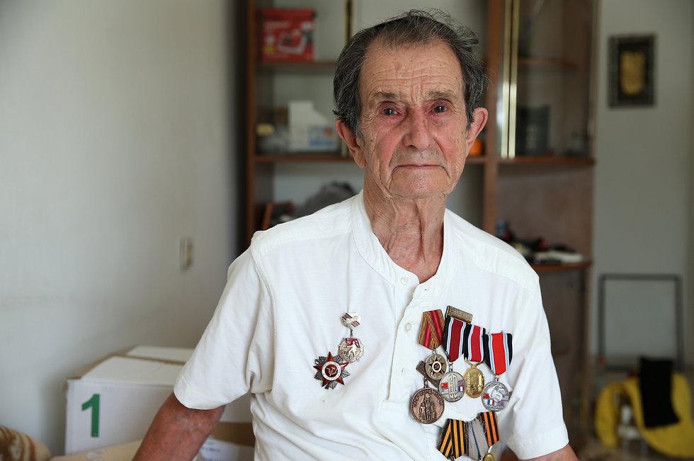 סמיון סימקין עונד את העיטורים הצבאיים שקיבל לאורך השנים (צילום: עמית שאבי) (צילום: עמית שאבי)