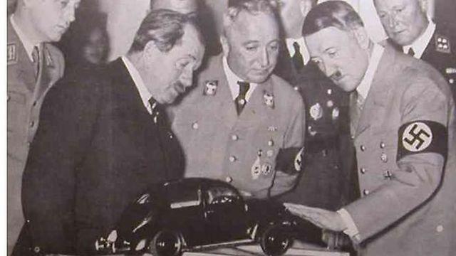 פרדיננד פורשה מציג להיטלר את החיפושית שתכנן