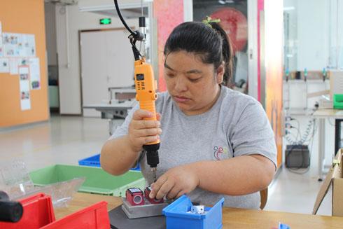 """אחת העובדות במפעל. """"הוכחה שגם 'האחר' יכול להיות פרודוקטיבי"""" (צילום: באדיבות Inclusion Factory)"""