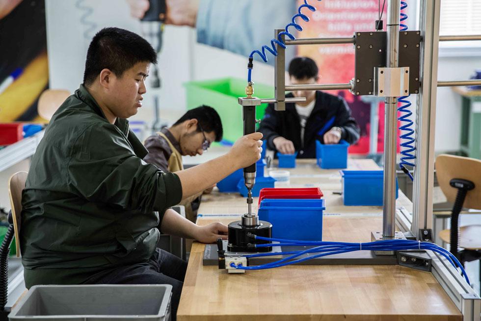 """המפעל הסיני. """"אנחנו עושים משהו עם מהות, משהו שעומד מאחוריו ערך שאנחנו מאמינים בו"""", מתגאה בן סימון (צילום: באדיבות Inclusion Factory)"""