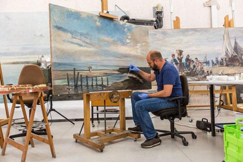 משמרים את הבית ואת יצירות האמנות בו (צילום: Pol Viladoms)