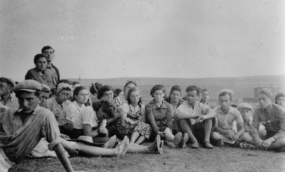 """חייקה קלינגר (במרכז) עם הקבוצה שתהפוך זמן לא רב אחר כך ל""""ארגון היהודי הלוחם"""" - גרעין המרד (ארכיון הצילומים, בית לוחמי הגטאות)"""