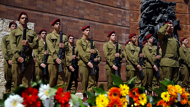 IDF soldiers in the Holocaust Remembrance Day ceremony (Photo: Reuters)