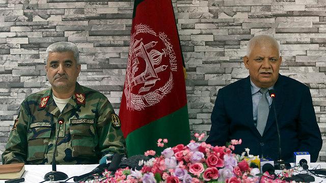 """התפטרו מרצונם. שר ההגנה חביבי (מימין) והרמטכ""""ל שאחים (צילום: AP) (צילום: AP)"""