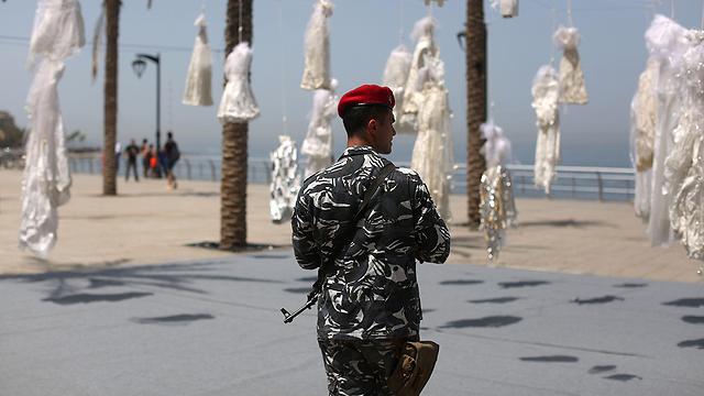 המחאה הלבנונית על סעיף דומה: תלו שמלות כלה כדי להזכיר לשלטונות שיש נשים שנאנסו והתחתנו עם האנסים שלהן (צילום: AFP)