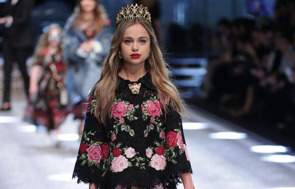 """הוכתרה בתואר """"בת משפחת המלוכה היפה ביותר"""". אמיליה ווינדזור בתצוגת האופנה של דולצ'ה & גבאנה (צילום: rex/asap creative)"""