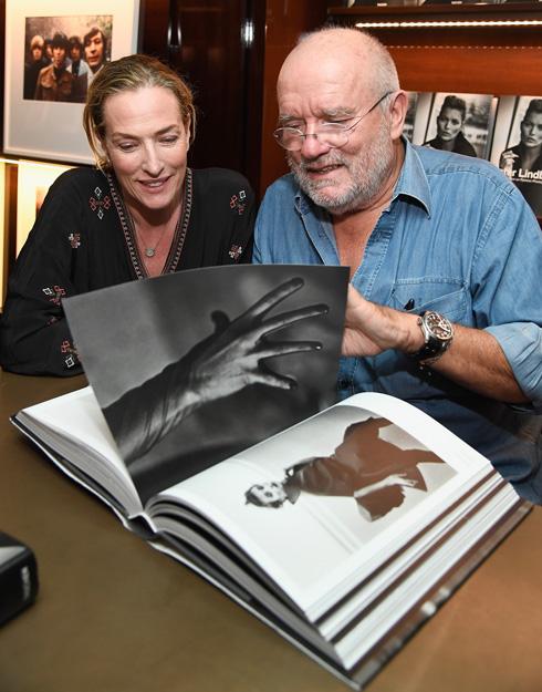 פטיץ עם הצלם פיטר לינדברג, שאיתו היא עובדת מאז 1985 (צילום: Gettyimages)